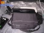Anderes Auto, anederer Kofferaum zu sehen Laptoptasche und dahinter verdeckt USV