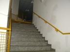 Treppe hinauf, hat jemand die Tür aus der Verankerung rausgehoben